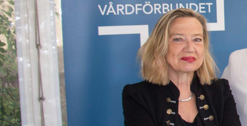 Politikern Karin Rågsjö från Vänsterpartiet tittar rakt in i kameran