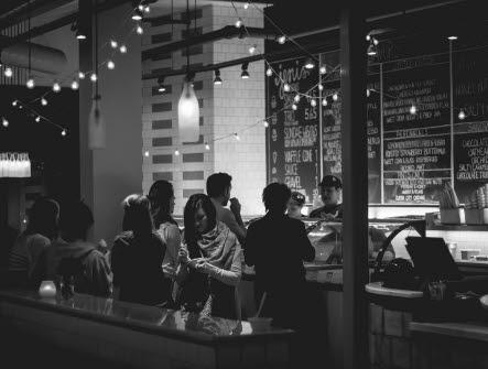 En restaurang/bar där personer står i kö för att beställa mat