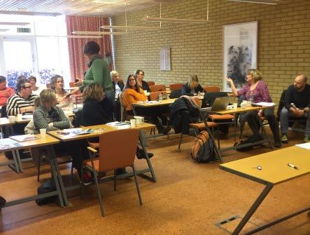 En sal där det sitter blandat med kvinnor och män och diskuterar på en utbildning.
