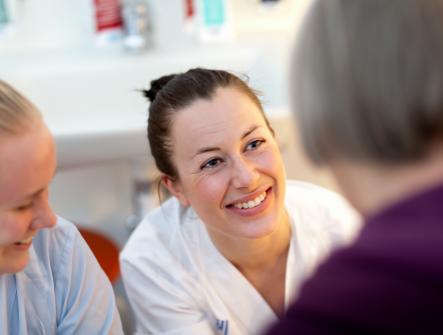 Sjuksköterskor på kärlkirurgiska avdelningen på SÖS samtalar med patient.
