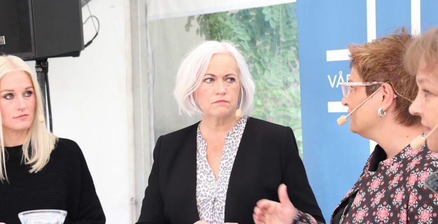 Politikern Acko Ankarberg Johansson från Kristdemokraterna lyssnar på Sineva Ribeiro