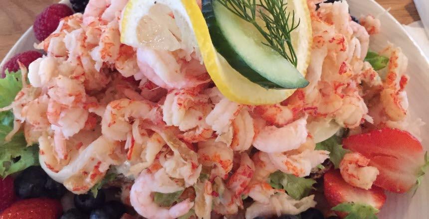 Smörgås med skaldjur, grönsaker och olika sorters bär