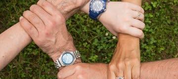 Fem händer, armar, hand, arm, hålla, tillsammans, kedja, samarbete, klocka, teamwork, team, gräs, gemensamt, gemenskap, laganda, lagkänsla