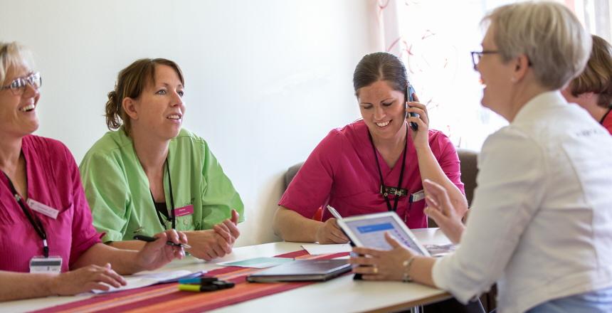 Chefer och medarbetare i samtal