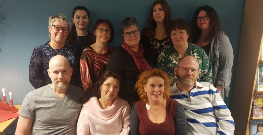 En gruppbild på styrelseledamöter från Vårdförbundet avdelning Västernorrland. Det är blandat med kvinnor och män.