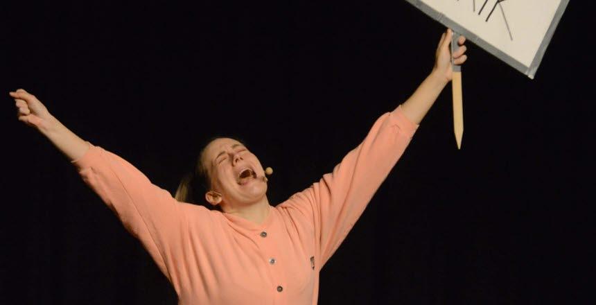 kvinna som håller i en skyllt med texten