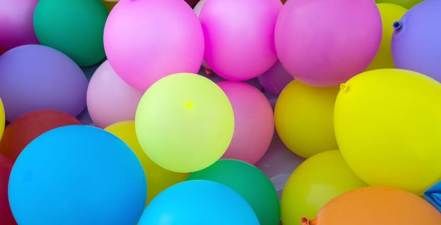 Färgglada ballonger i ett stort knippe