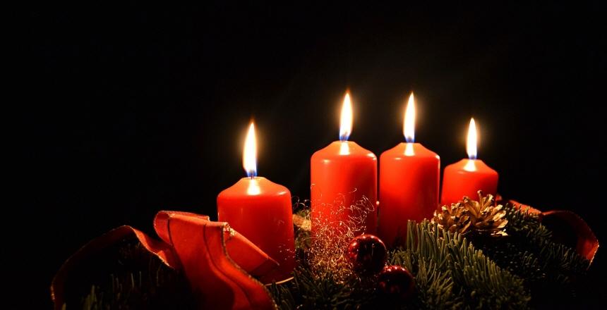 adventsljusstake med 4 tända röda ljus