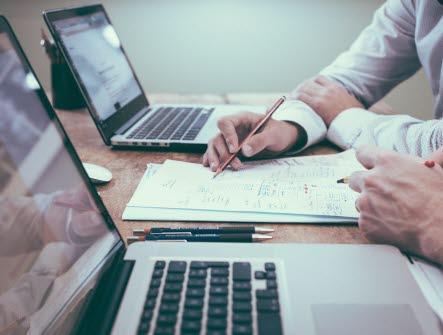 Händer, hand, penna, skriva, dator, arbeta, kontor, möte, bord, planering, planera, arbetstid, två, personer, tänka,