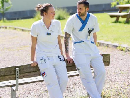 Två yngre personer sjuksköterskor som tar en paus.