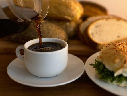 Frukost, bulle, bröd, fralla, ost, sallad, kaffe, kaffekopp, hälla, morgon, fika, rast