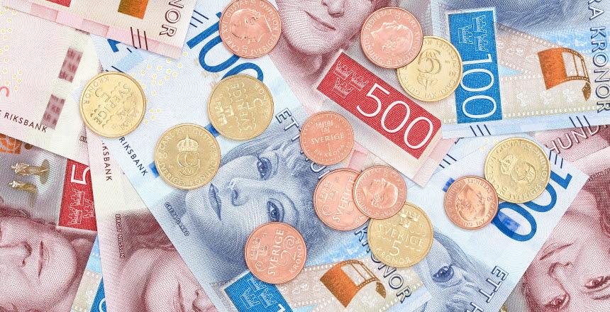 Pengar, Sedlar och mynt i en hög.