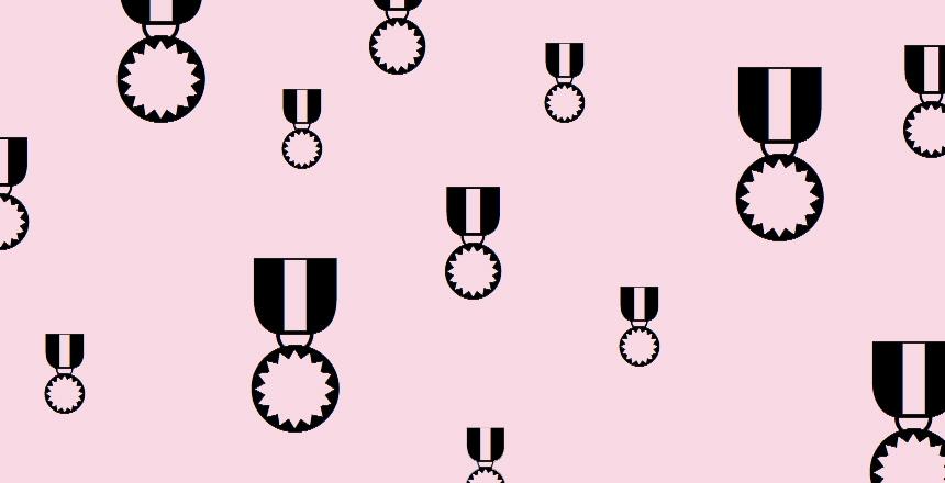 Medaljer mot rosa bakgrund