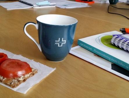kaffekopp och smörgås