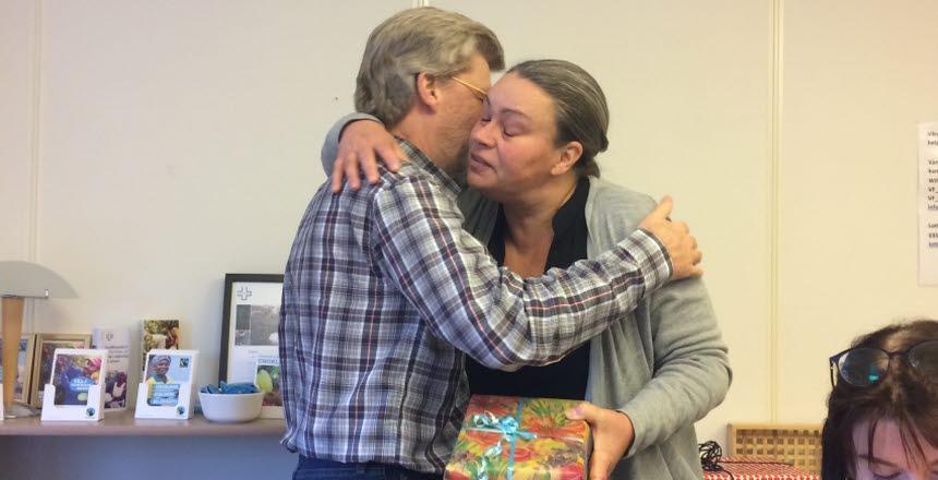 Camilla kramar Per-Yve och överräcker ett paket