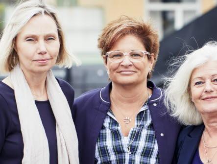 Sineva Ribeiro i mitten omgiven av Ragnhild Karlsson och Ann Johansson.