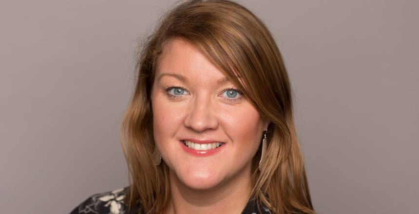 Närbild på leende kvinna med ljusbrunt hår till axlarna