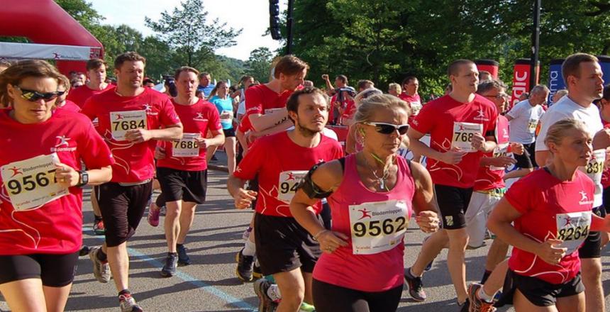 Löpare i arrangemanget Blodomloppet. Kvinnor och män som springer.