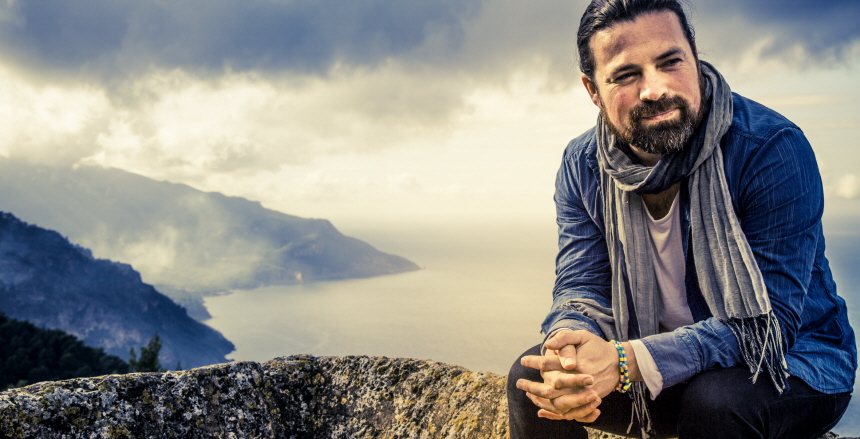 Daniel Mendoza sittande på en bergstopp