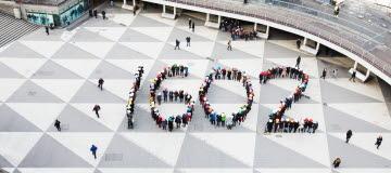 Personer på Sergels torg bildar tillsammans siffran 16:00