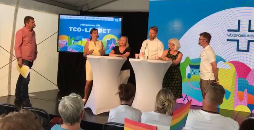 Kvinna ler med mikrofon. Det är Ann Johansson, Vårdförbundet.