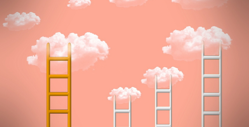 fyra stegar som leder upp till små vita moln