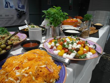 Buffébord med olika sorters mat i många färger.