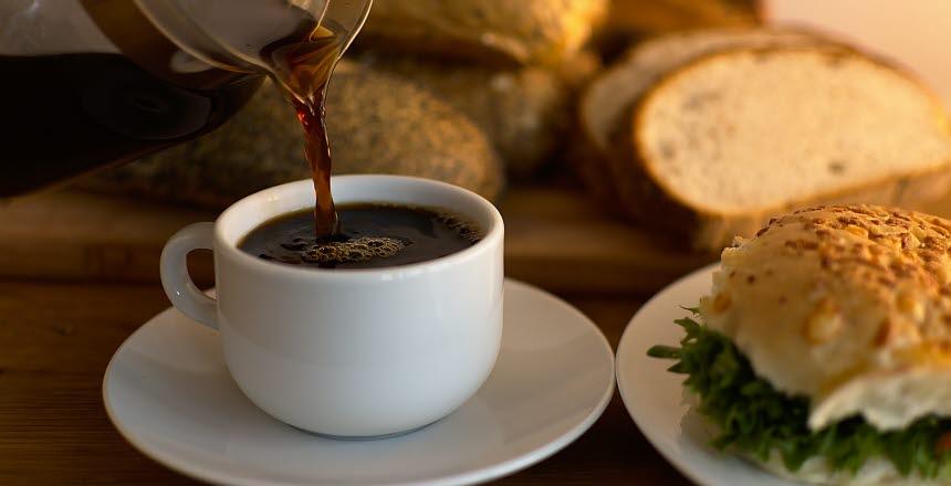 Frukost, bulle, bröd, fralla, ost, sallad, kaffe, kaffekopp, hälla, morgon, fika, rast, eftermiddag,