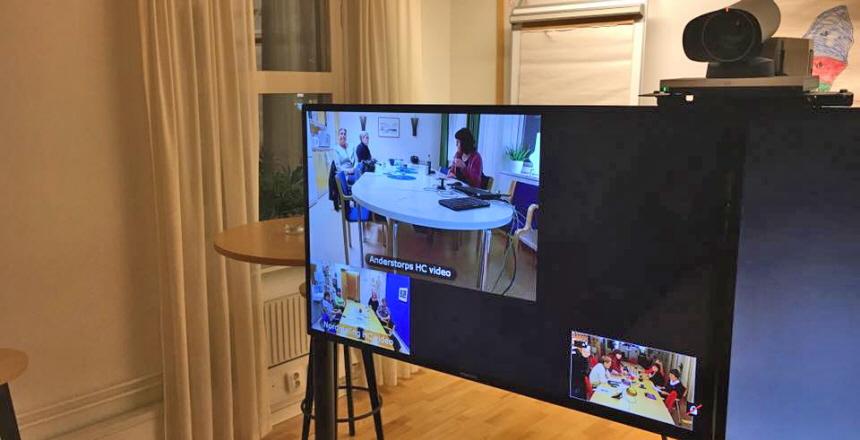 Sammanträdesrum med tv-bild