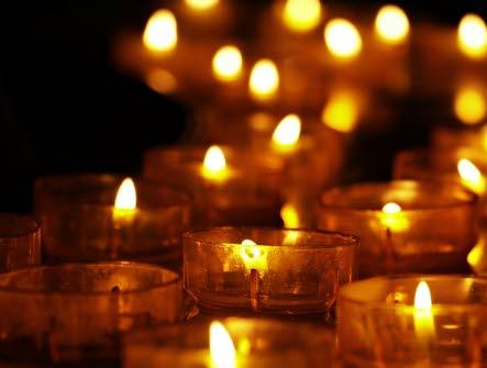 Gratisbild från Pixabay. Tända ljus, värmeljus, mörker, lågor, låga, orange, höst, värme.