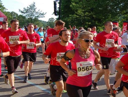 Löpare i arrangemanget Blodomloppet kvinnor och män som springer.